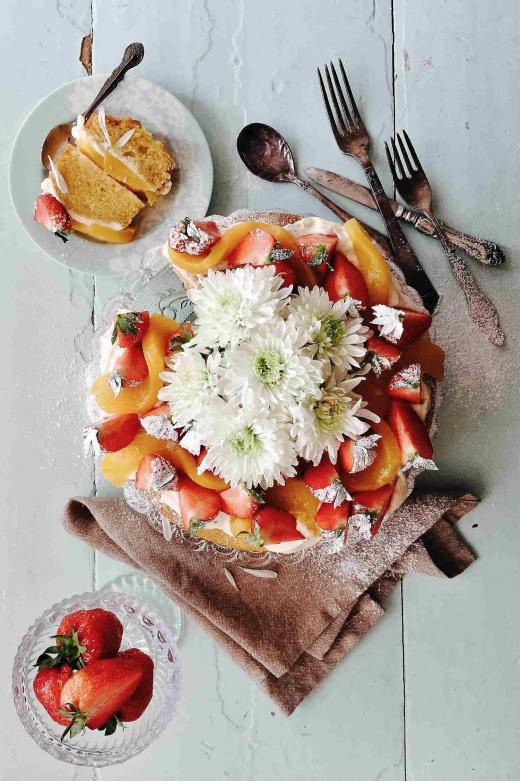 sukkerbrød-kake-krem-jordbær-fersken